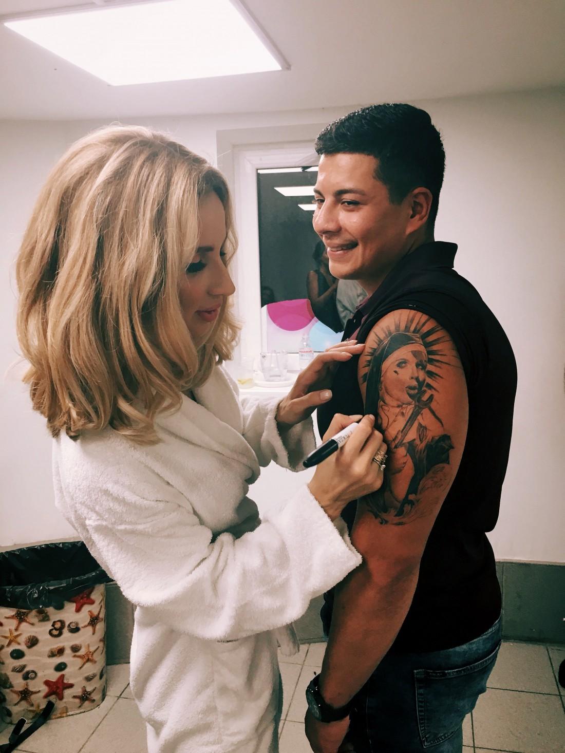 Поклонник певицы, который сделал себе тату с ее портретом