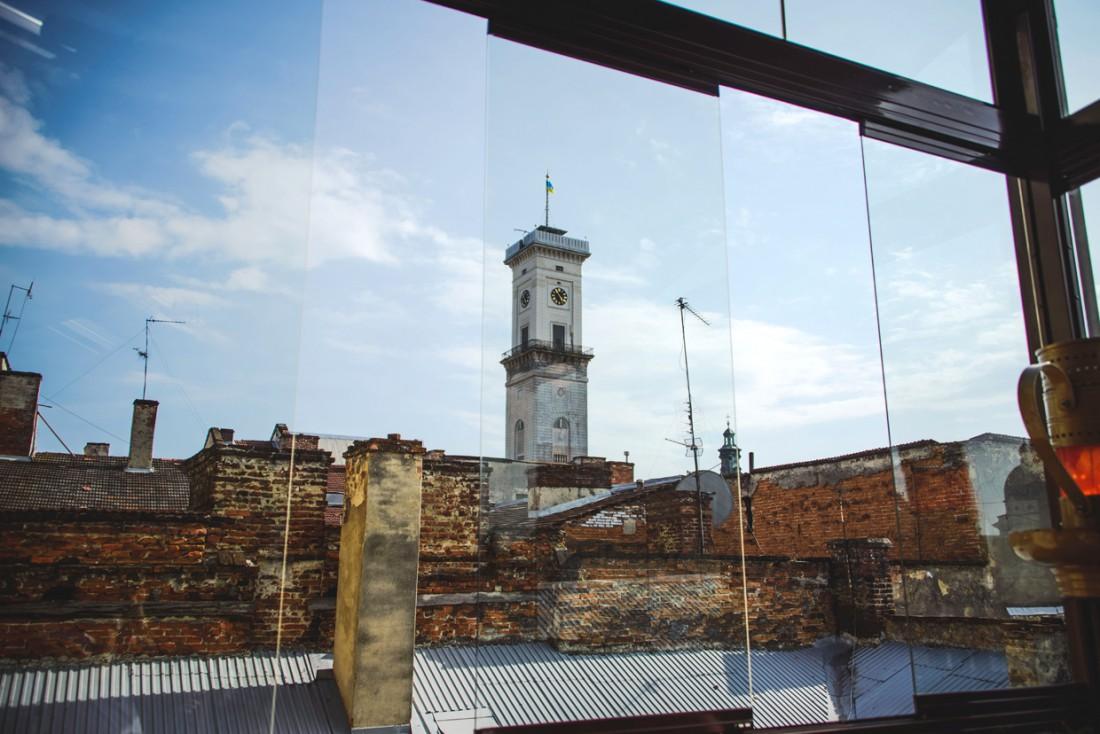 Вид на Ратушу из окон террасы музея-ресторации Гасова лямпа