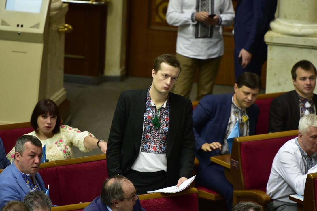 Алексей Порошенко надел вышиванку под пиджак, а депутат Татьяна Рычкова от БПП (за ним) выбрала светлое платье с вышивкой