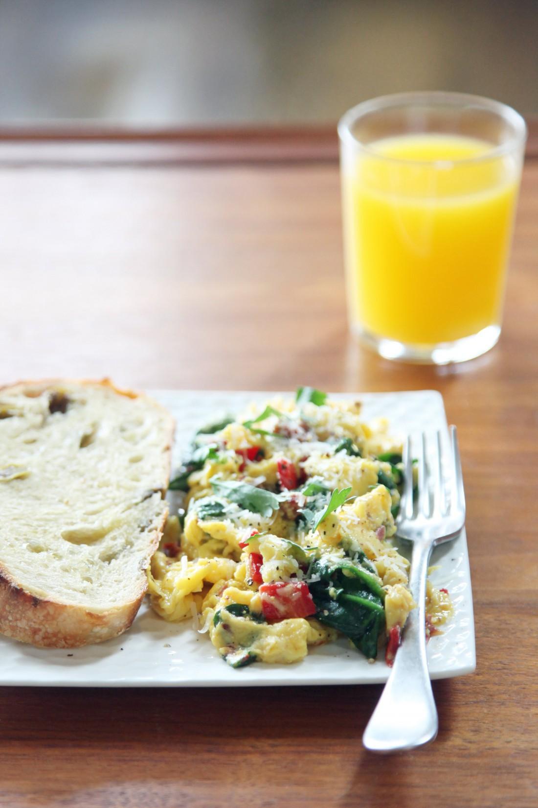 Яйца-скрэмбл с овощами