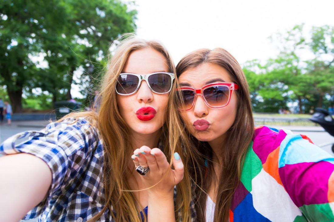 Как девушки увеличивают губы?