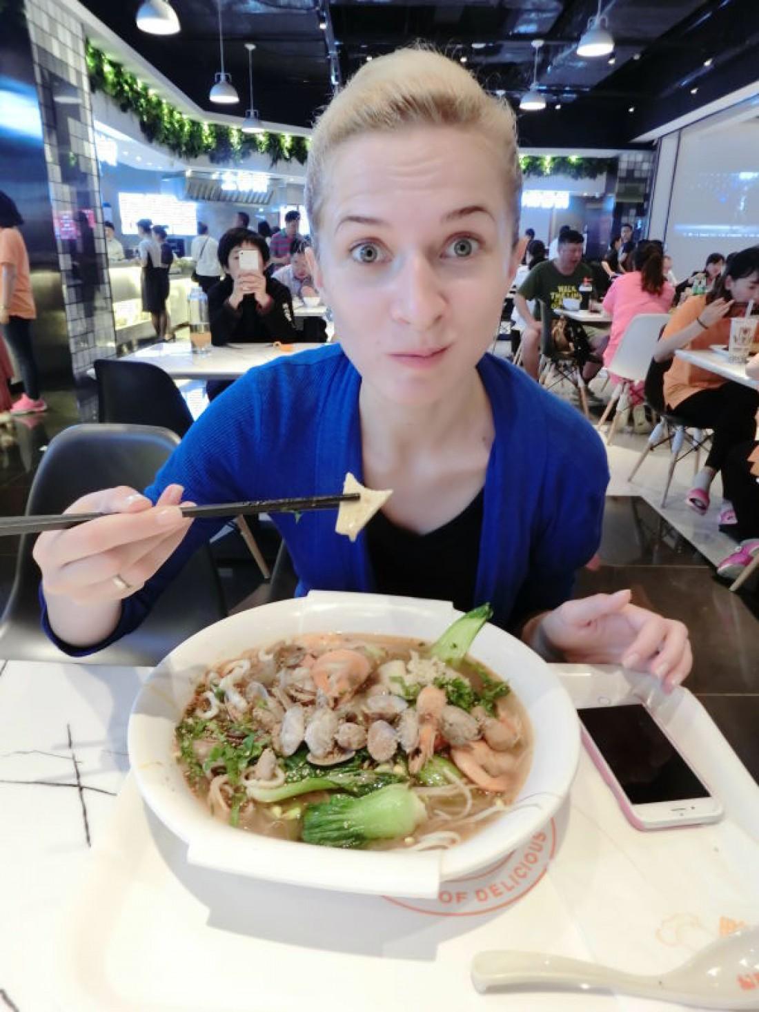 Аня дегустирует традиционное китайское блюдо