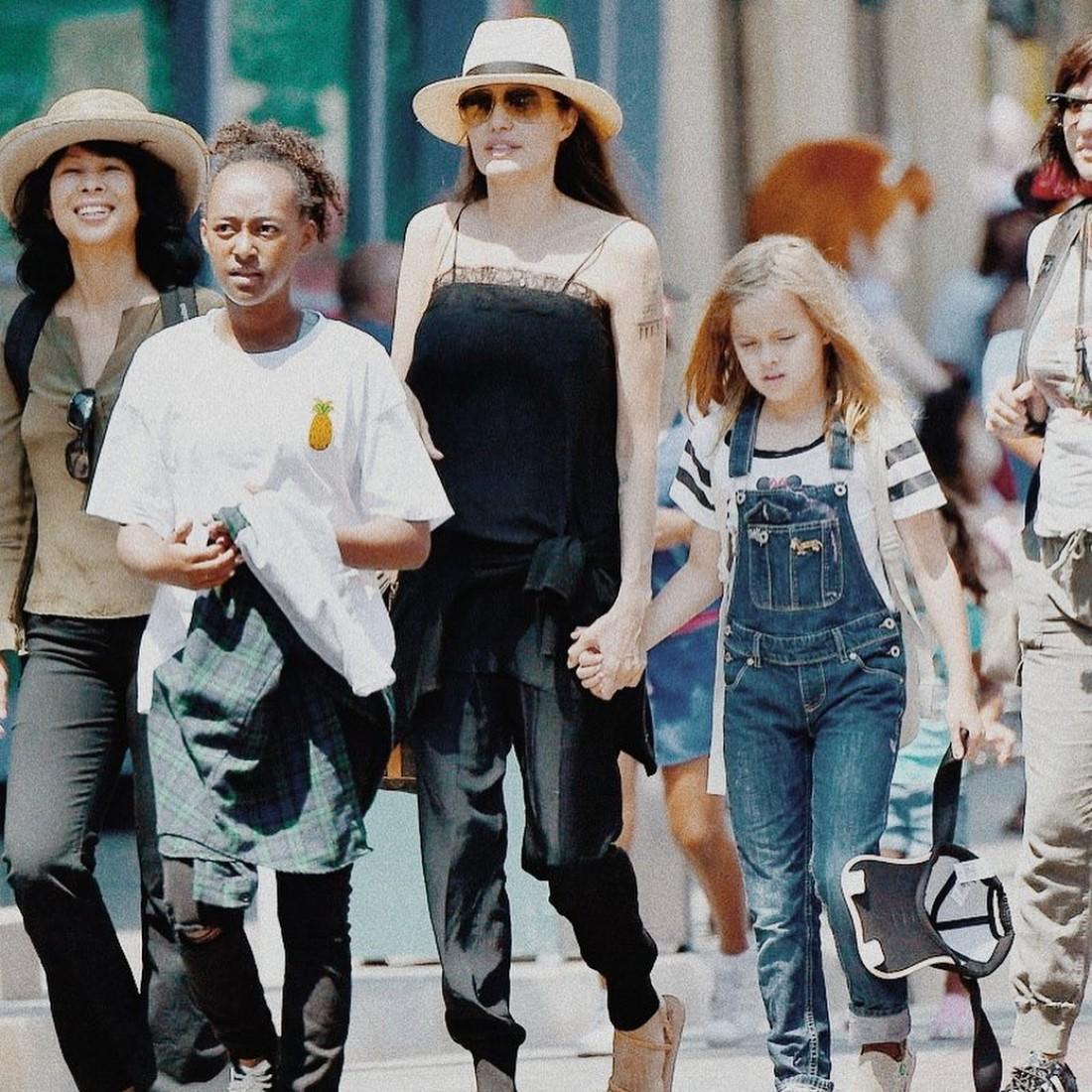 Анджелина Джоли с детьми в Диснейленде