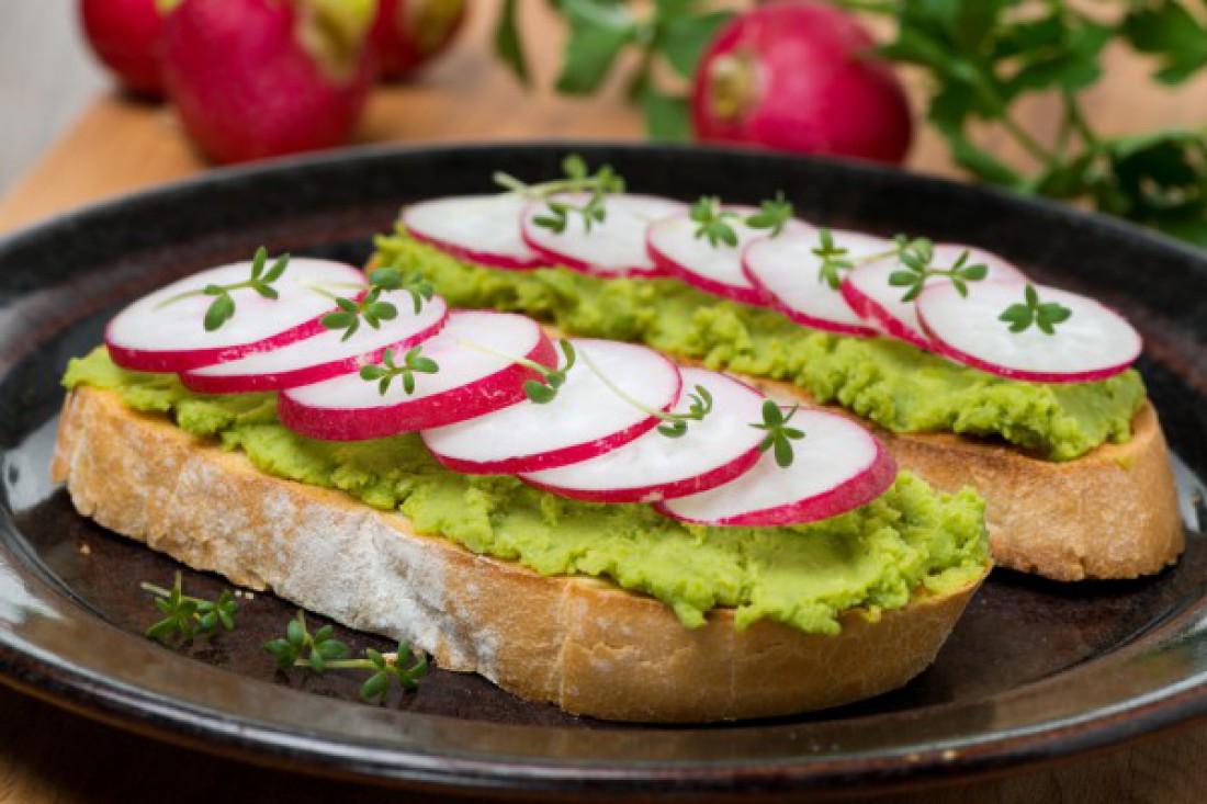 Бутерброды с редисом и зеленым горошком