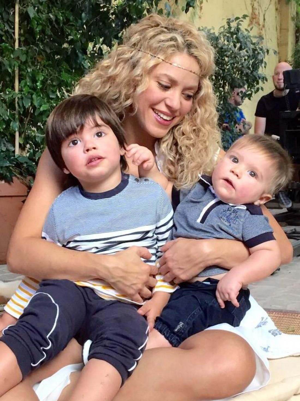 Шакира с двумя сыновьями: Миланом и Сашей (справа)