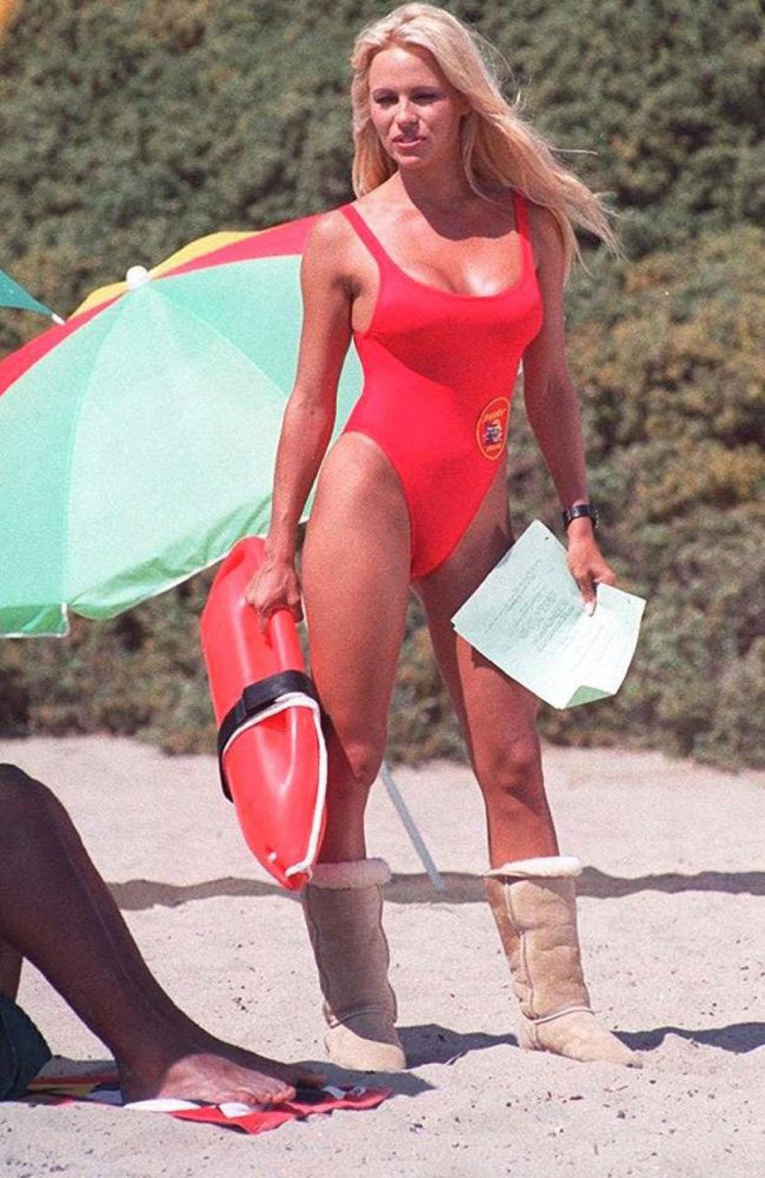 Памела Андерсон носила угги во время съемок сериала Спасатели Малибу
