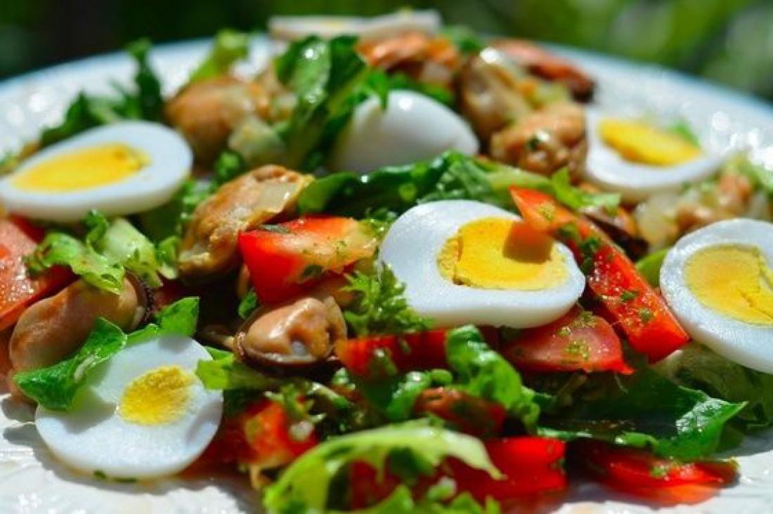 Салат с мидиями и болгарским перцем: рецепт