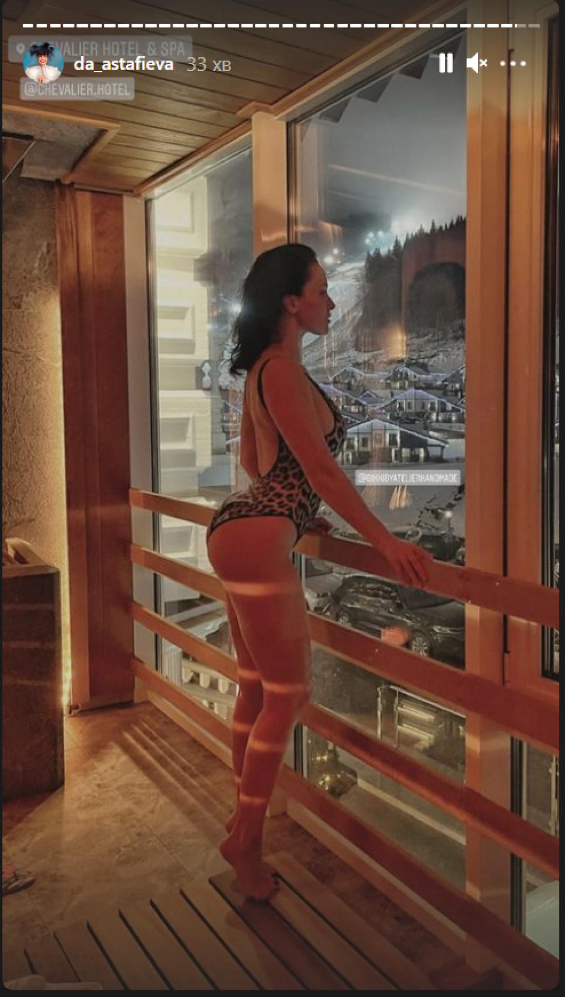 Даша Астафьева позировала в леопардовом купальнике