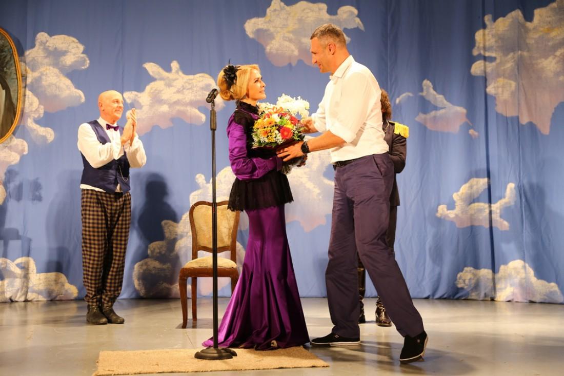Виталий Кличко вручает цветы Ольге