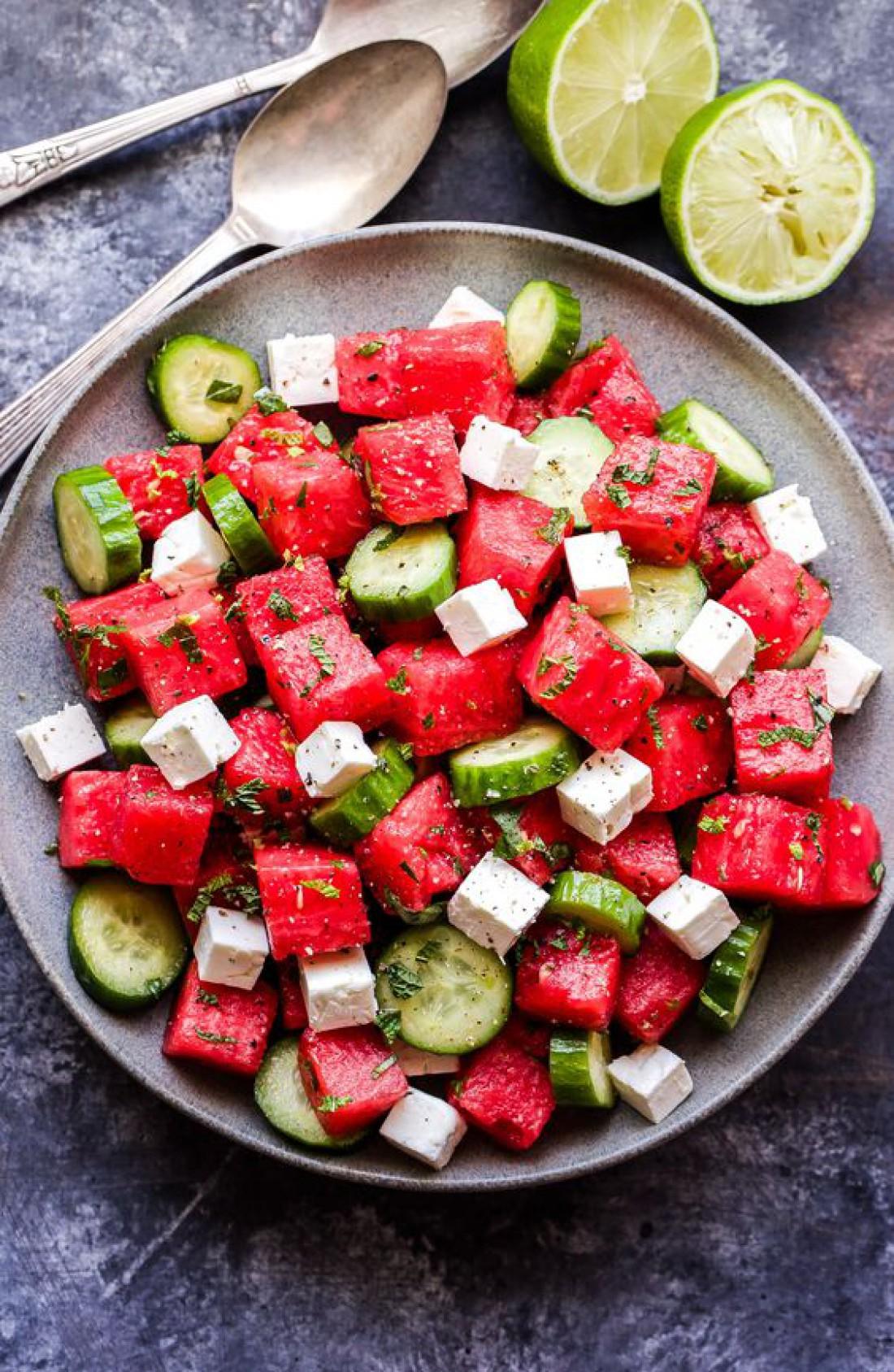 Салат с арбузом, огурцами и кинзой