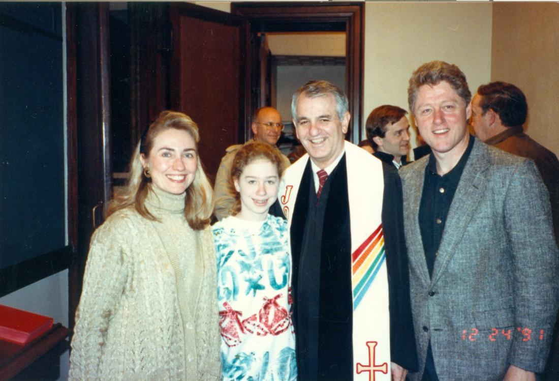 Фото было сделано в 1991 году в церкви в городе Литл-Рок на юге США (столица штата Арканзас) в канун Рождества. На снимке изображены – Хиллари Клинтон с мужем Биллом Клинтоном (справа) и их дочь Челси.