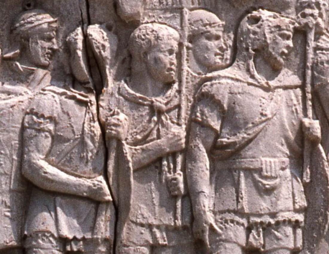Древние римляне с шарфами на колонне Траяна в Риме 113 г. н.э.