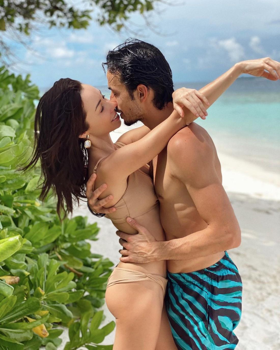 Александр Стоянов поделился пляжным фото с женой Екатерины Кухар