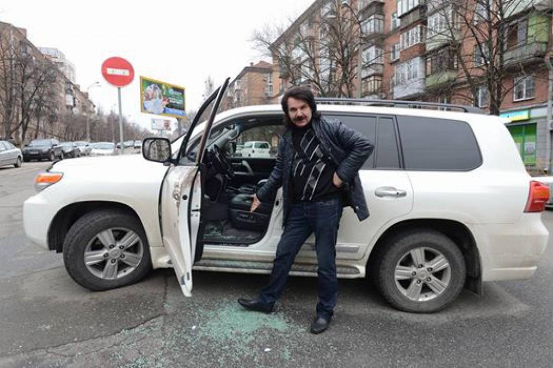 Павло Зибров показывает разбитое стекло своего авто