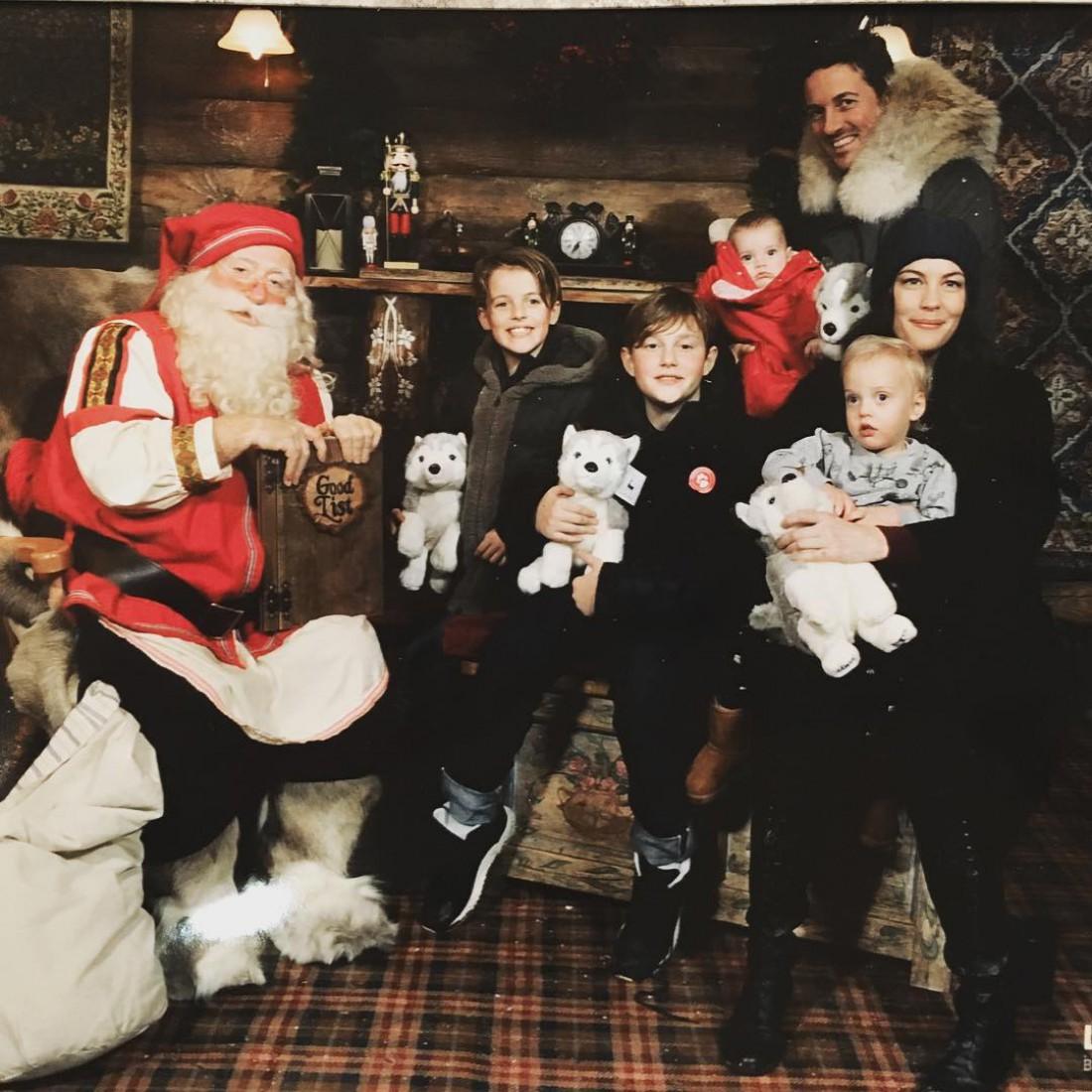 Лив Тайлер и Дейв Гарнер со своими детьми