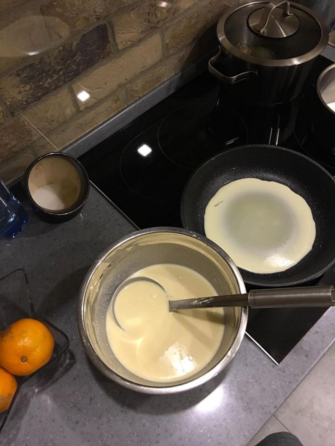 Тесто для блинов можно накрыть пленкой и оставить в холодильник на полчаса
