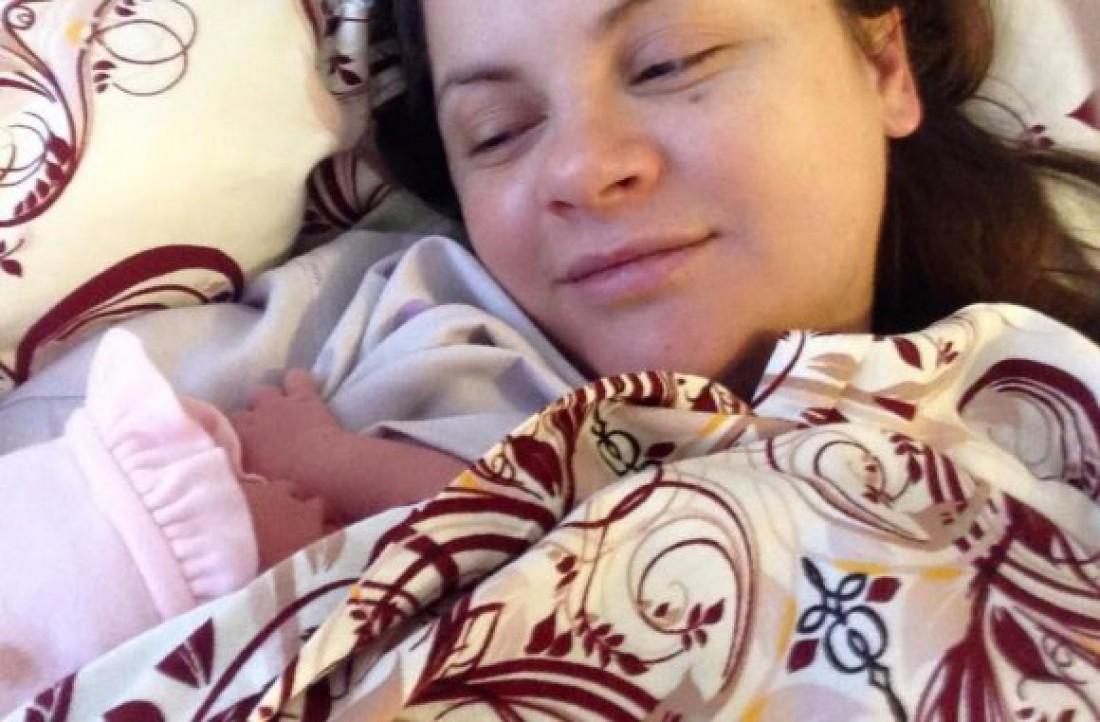 Юля с новорожденной