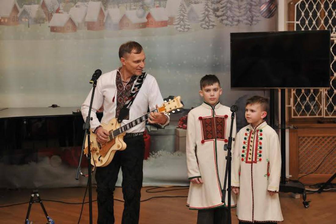 Олег Скрипка впервые показал публике своих сыновей, Романа и Устыма, на Новогодних щедривках (2015 год)