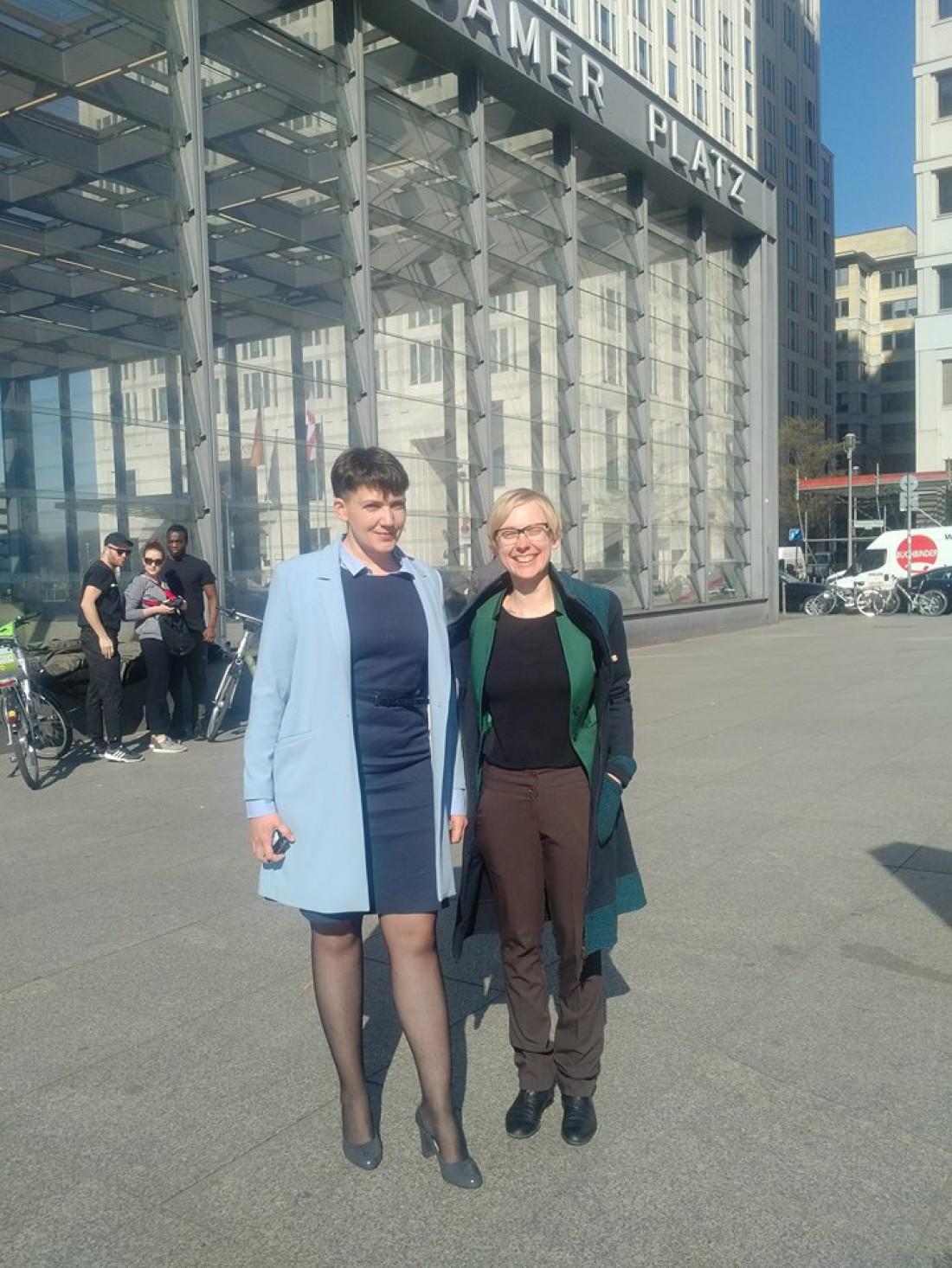 Надежда Савченко (слева) в Берлине