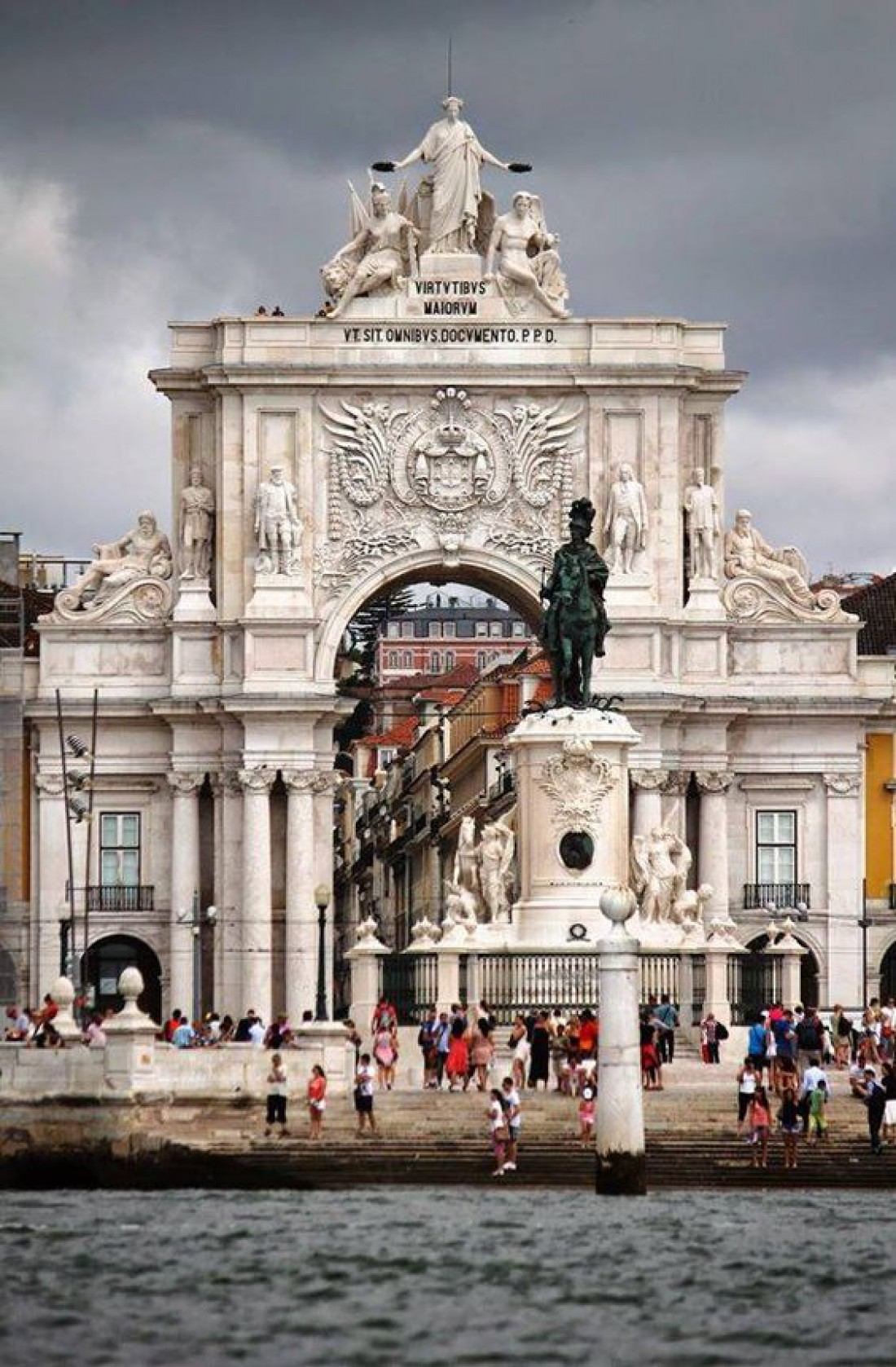Праса-ду-Комерсиу - дворцовая площадь Лиссабона