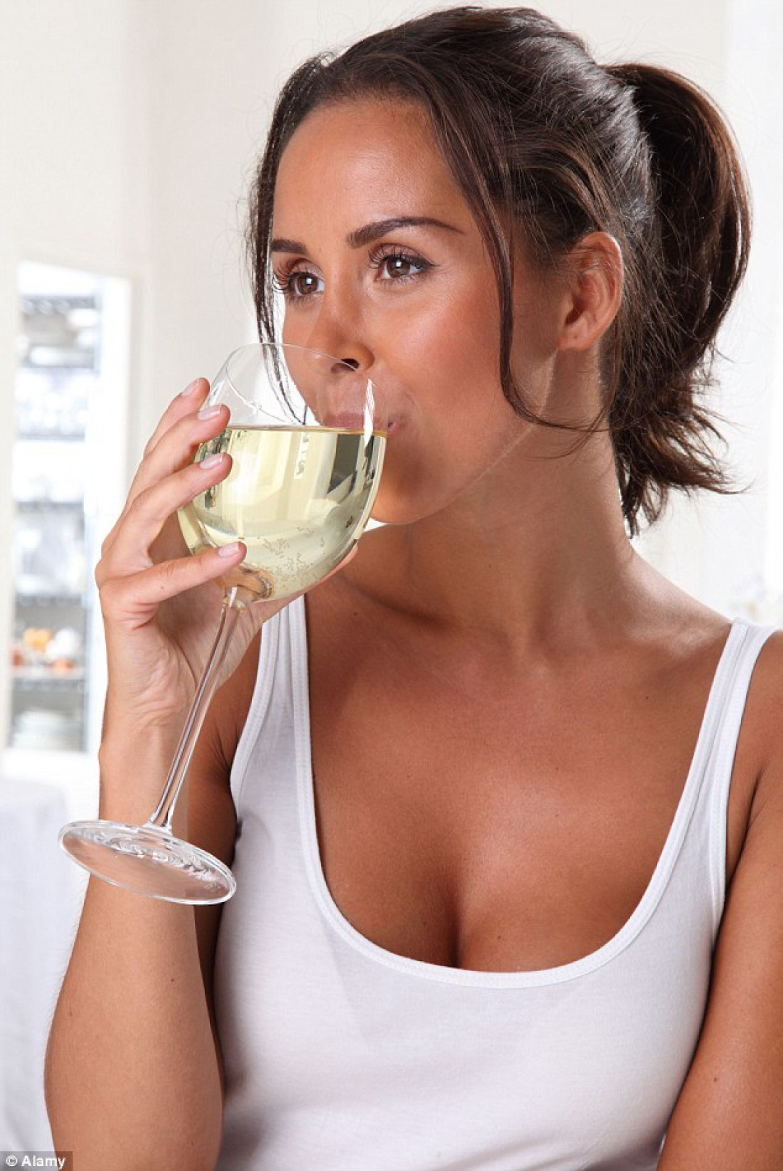 Женщины рискуют своим здоровьем, замещая прием пищи бокалом алкоголя