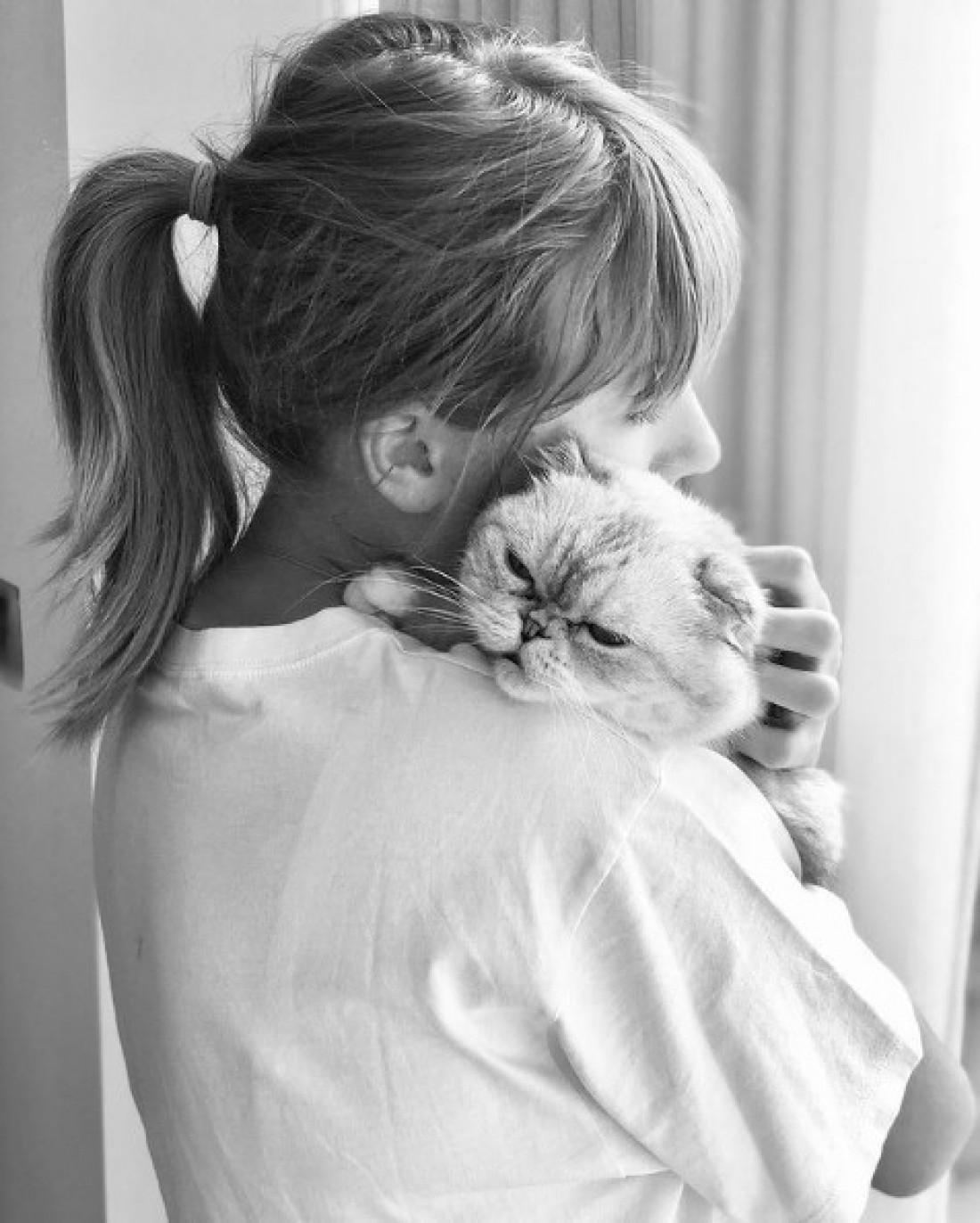Тейлор Свифт и кошка Оливия Бенсон