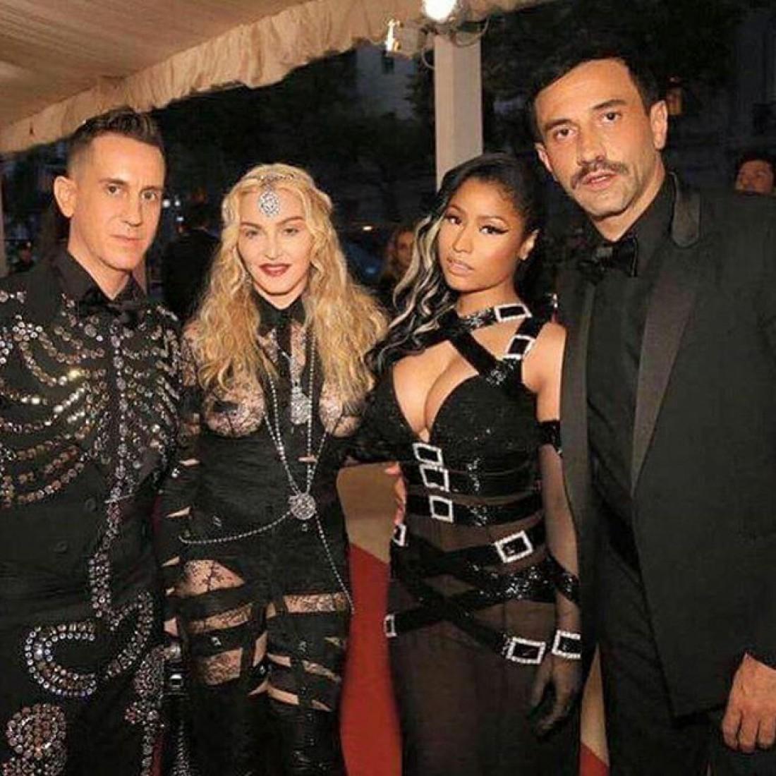 Мадонна (вторая слева) MET Gala 2016
