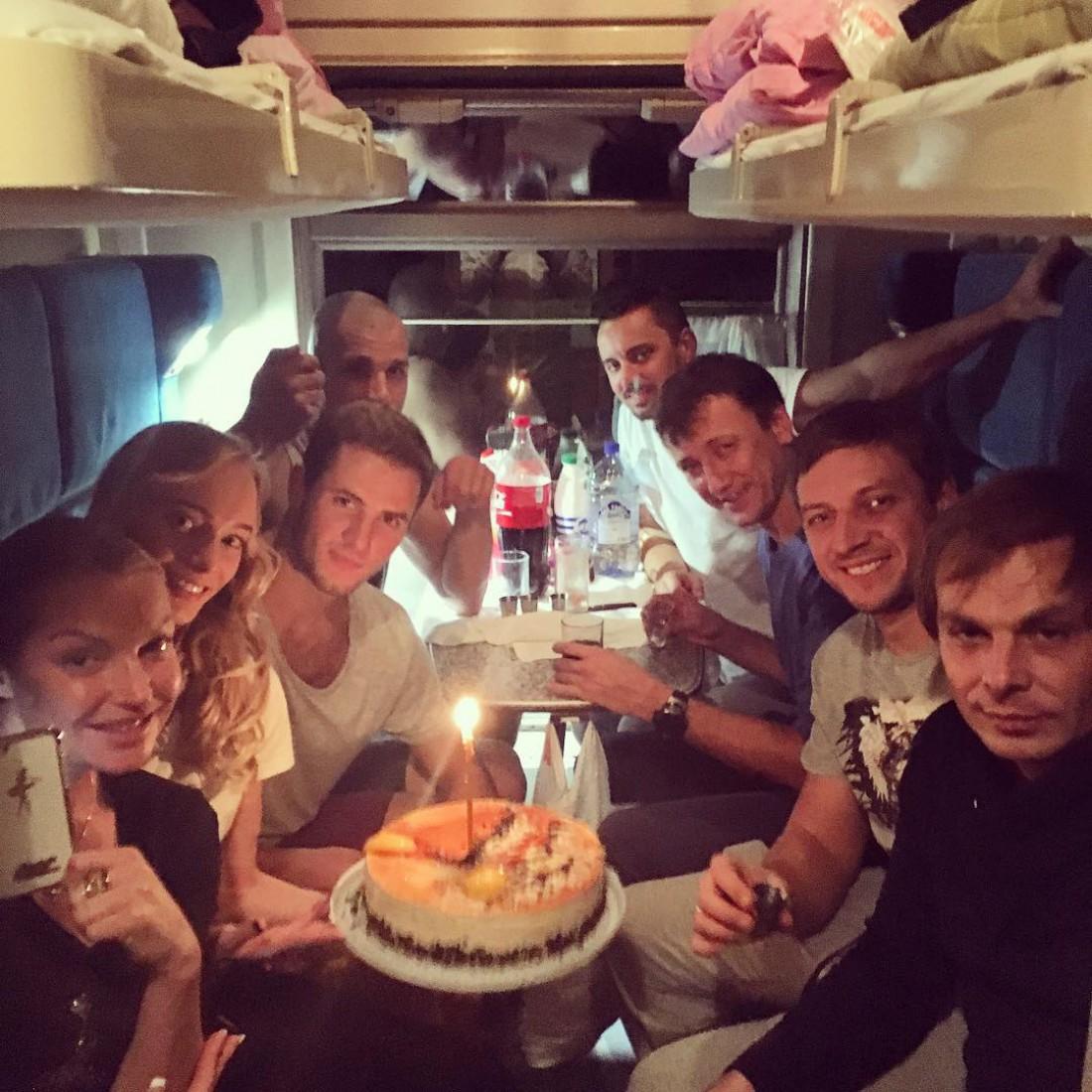 Волочкова с друзьями празднует день рождения друга