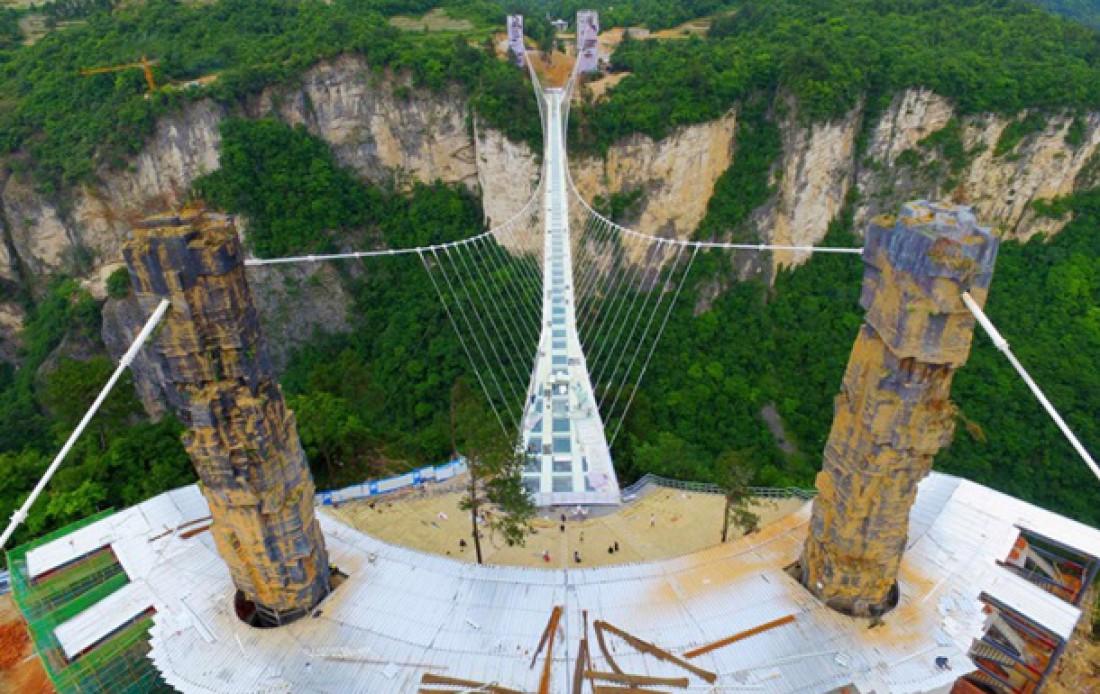 В Китае завершилось строительство самого длинного в мире стеклянного моста