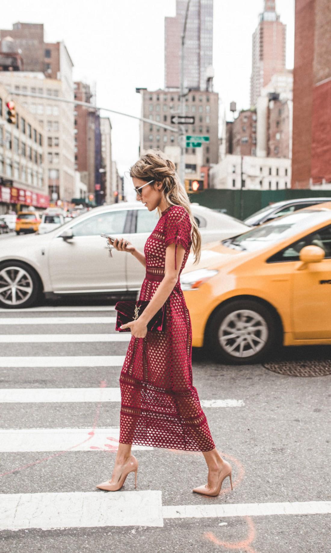 Несколько стильных способв носить бархат этой осенью