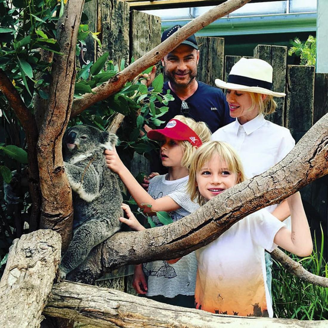 Лив и Наоми с детьми