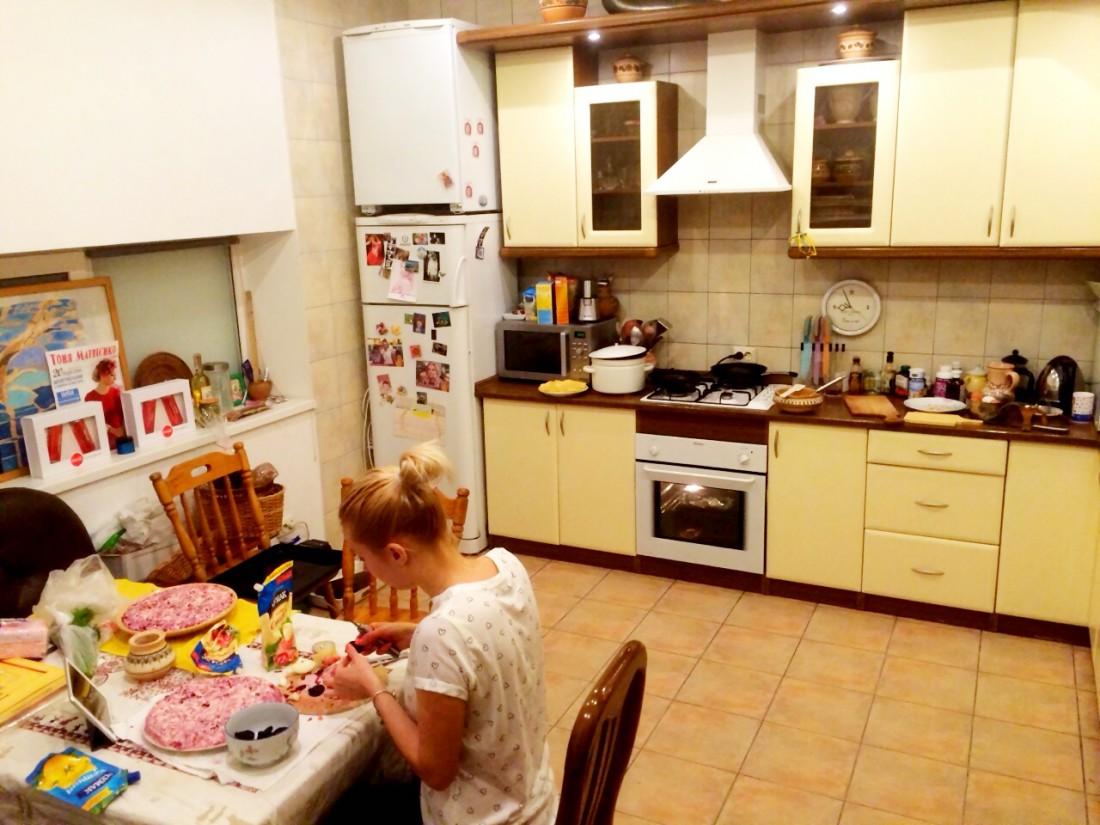 Тоня Матвиенко готовит салат