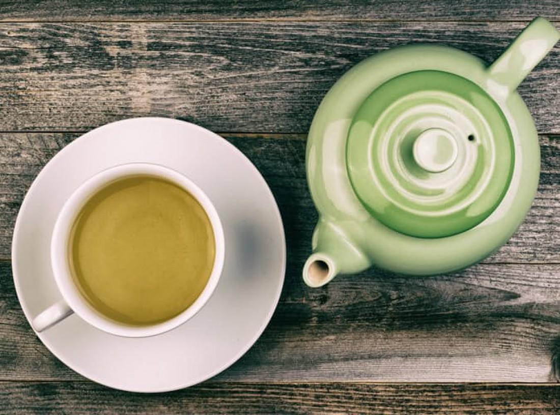 В состав зеленого чая входят антиоксиданты и кофеин