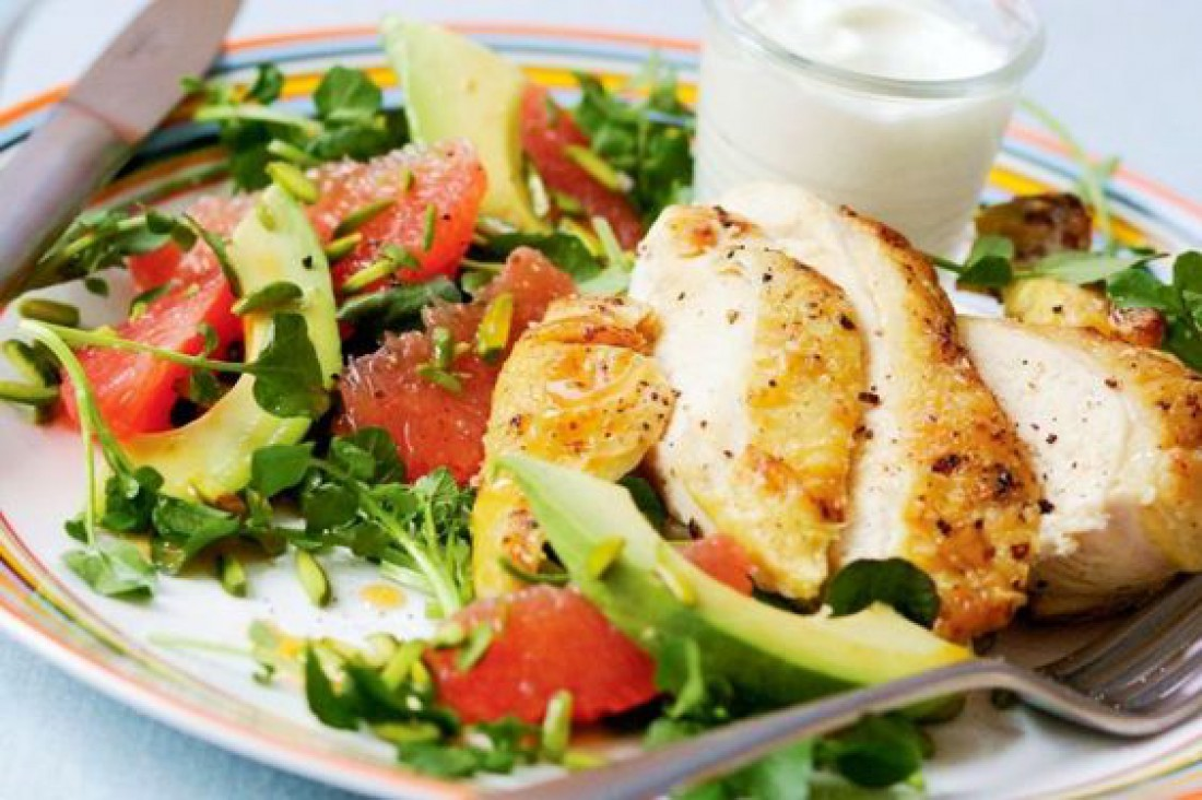 Вкусный салат для романтического ужина - Салат-гриль с курицей и авокадо