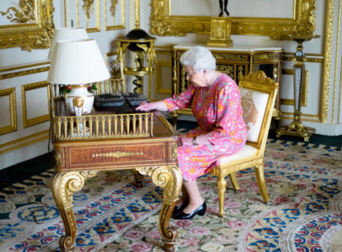 Елизавета II печатает на планшете