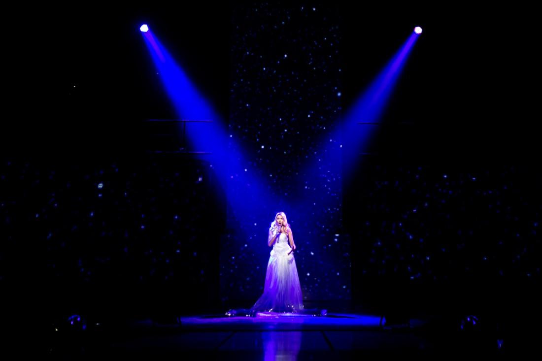 Оля Полякова в светящемся платье