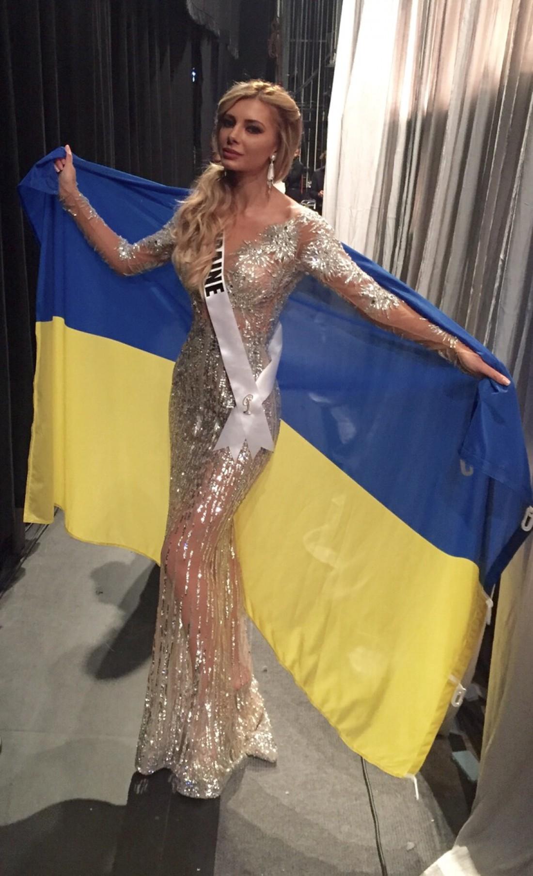 Мисс Украина Вселенная 2015 Анна Вергельская первая, кто вышел на сцену с флагом