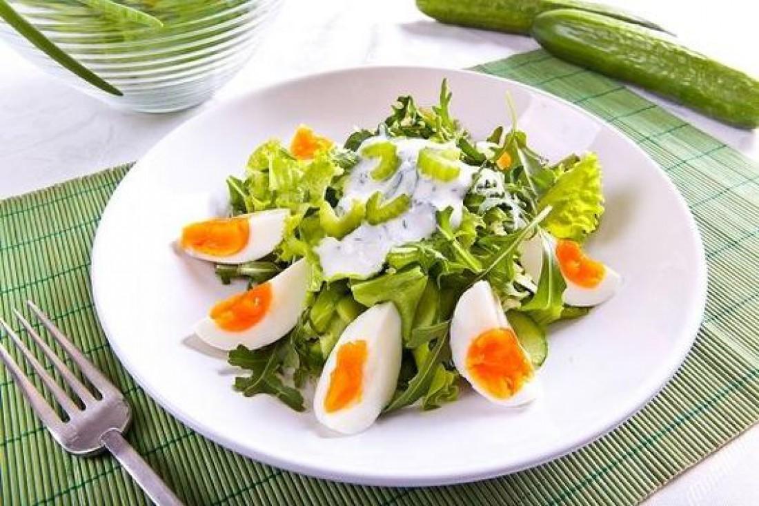 Что приготовить на католическую Пасху: Зеленый салат с яйцом