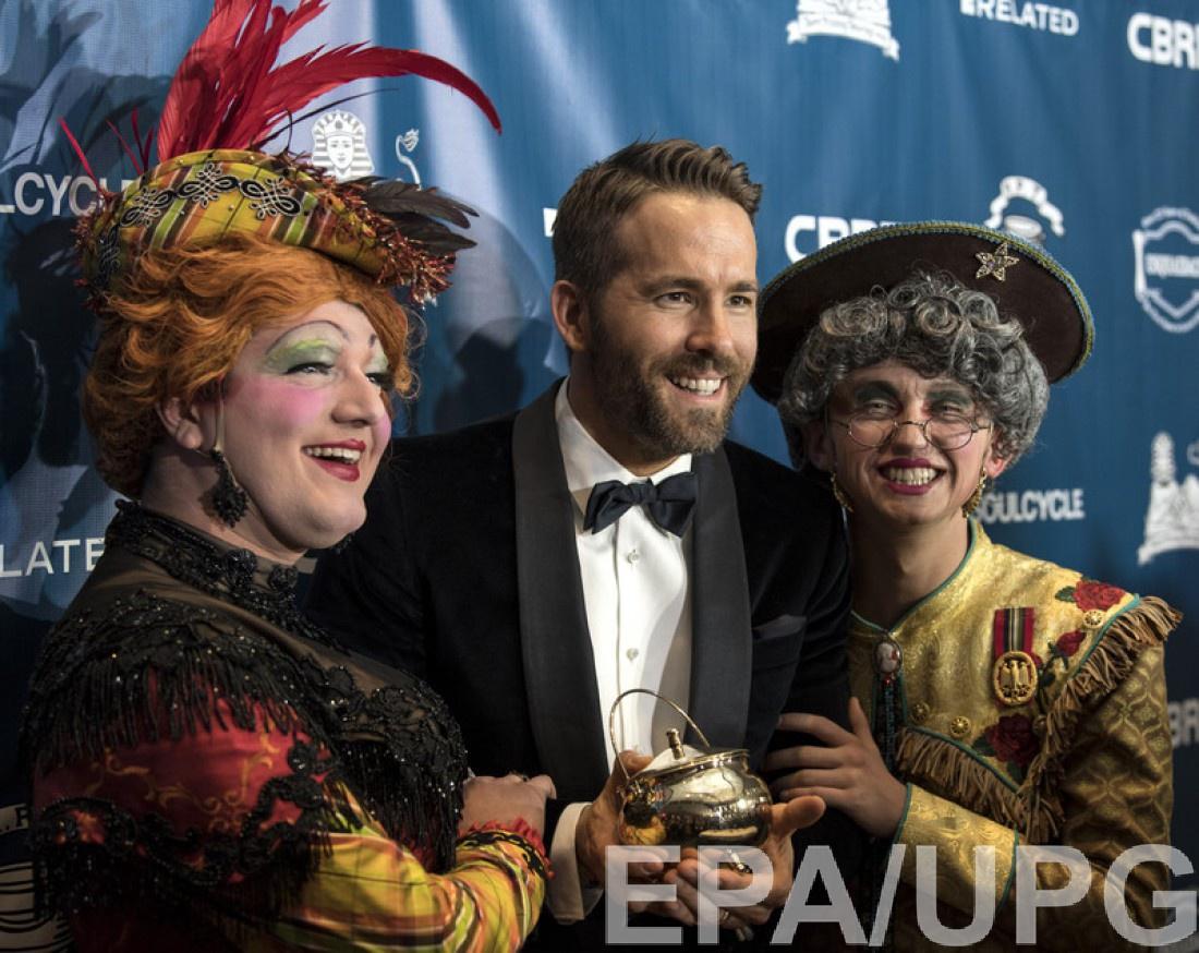 The Hasty Pudding Theatricals вручило золотой горшок с пудингом Райану Рейнольдсу.