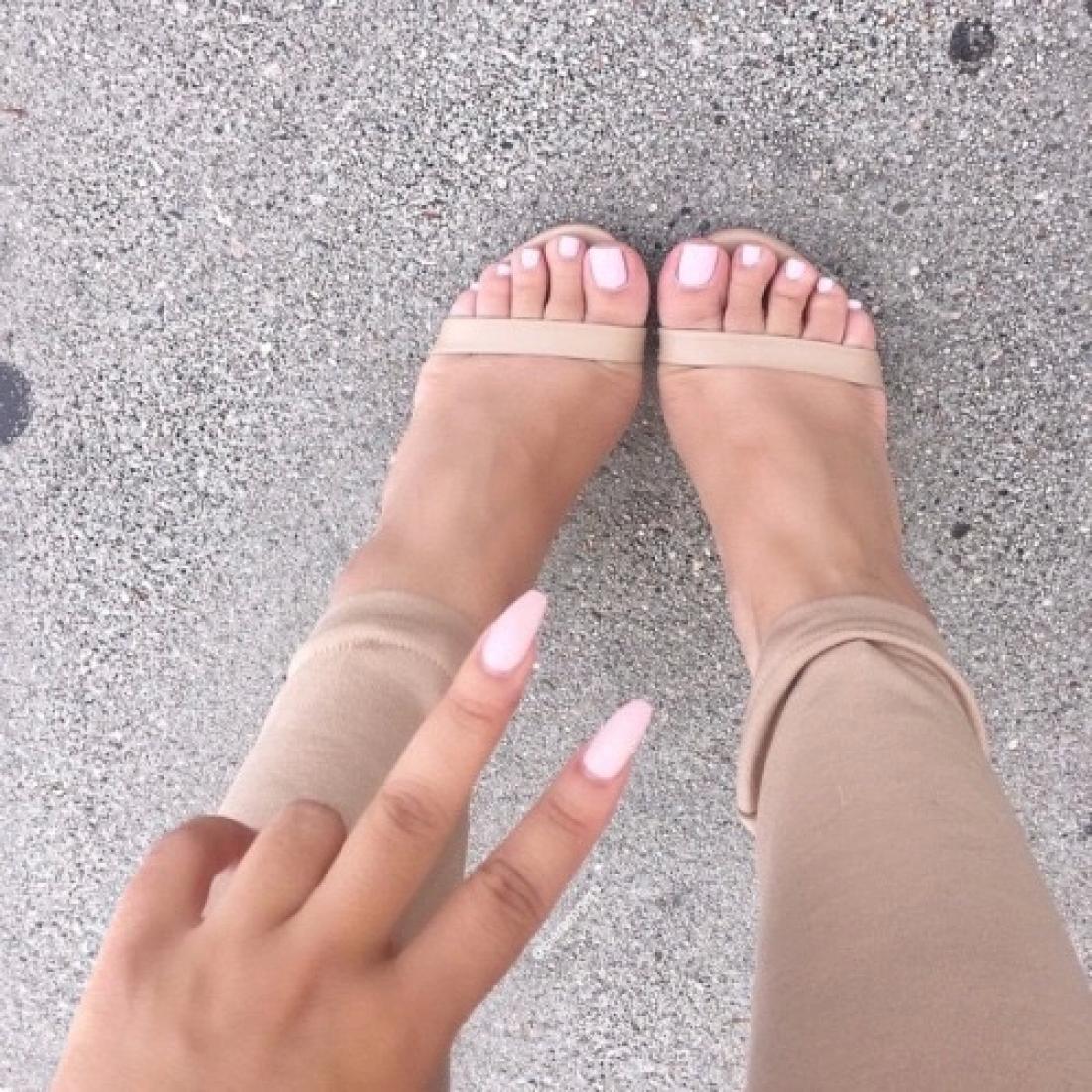 Правильный уход за ногтями и кожей ног играют не последнюю роль