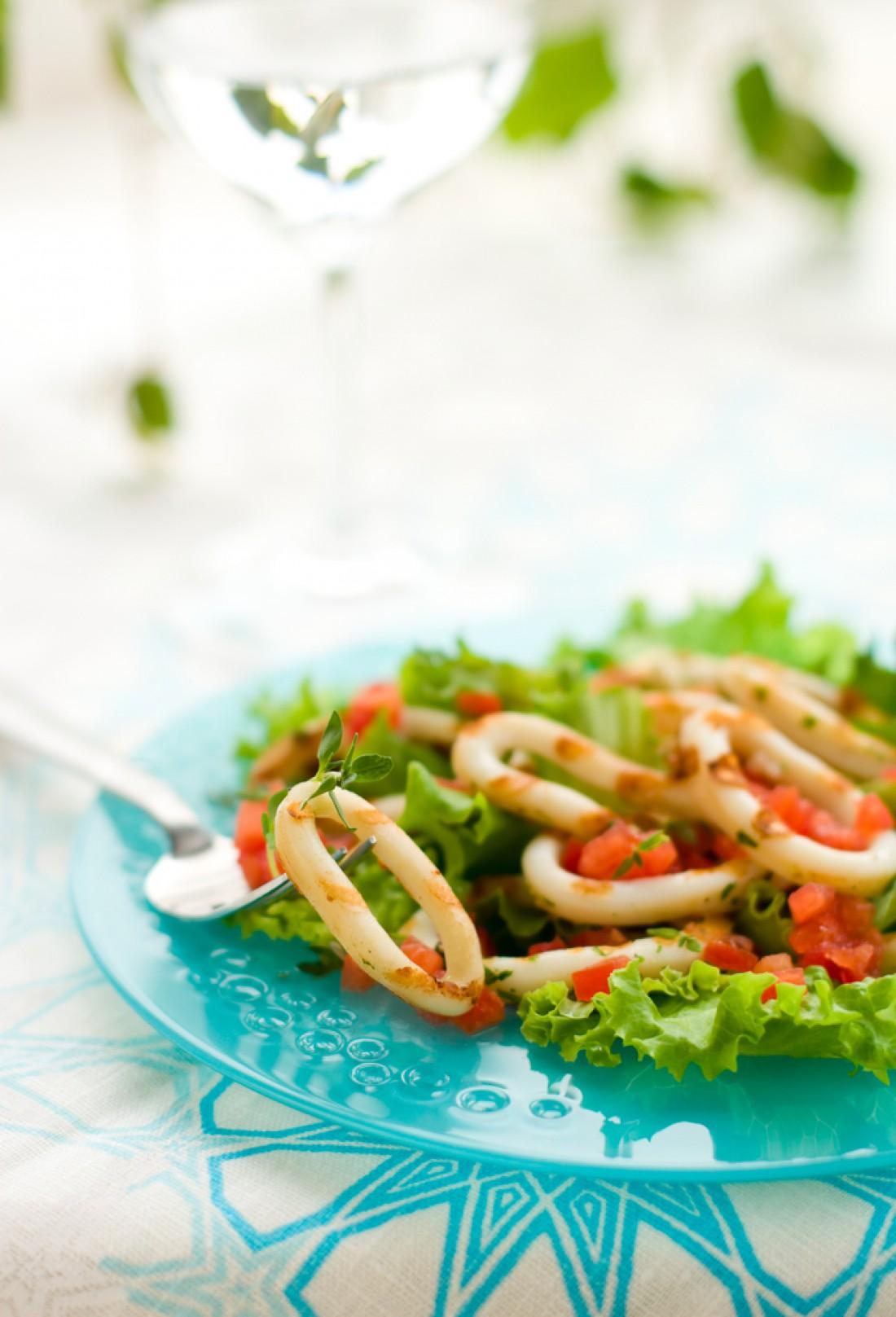 Кальмары на гриле с помидорным соусом