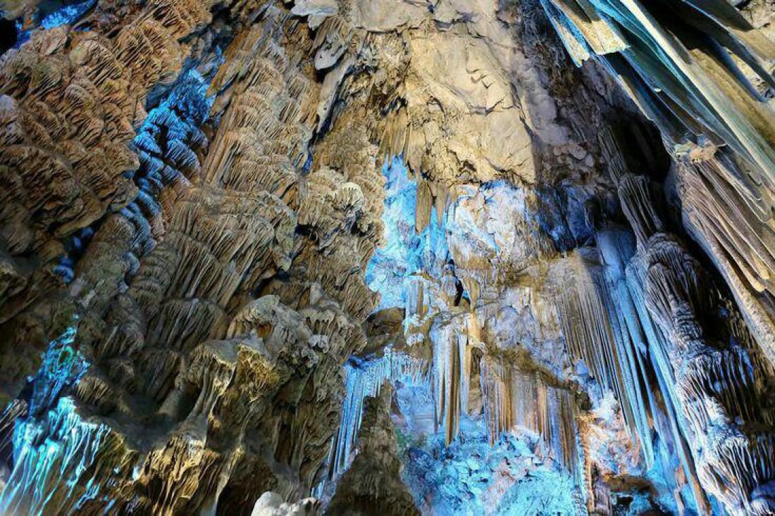 Пещера Святого Михаила, известная своими сталактитами и наскальной живописью