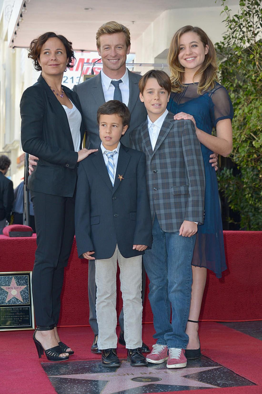 Саймон Бейкер с женой и детьми (2014 год)
