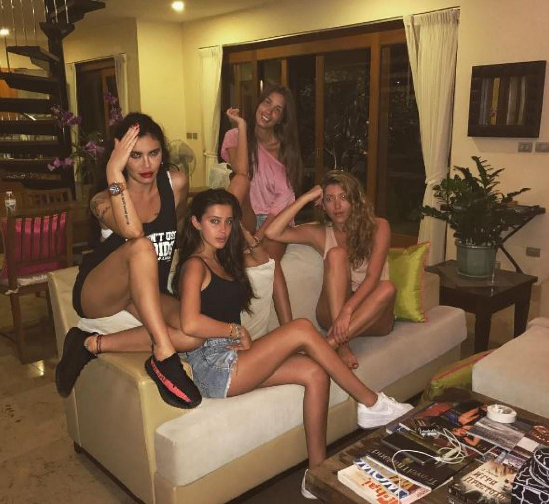 Кети Топурия с подругами
