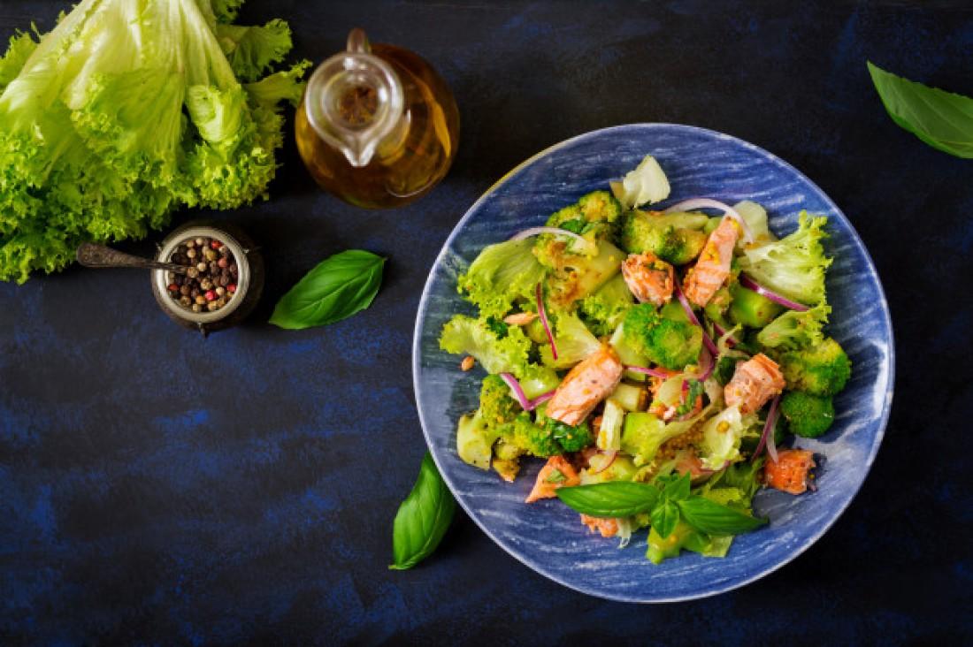 Легкие салаты на Новый год: Салат с брокколи, курицей и апельсинами