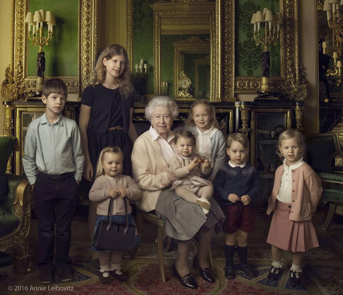 Елизаветы ІІ сфотографировалась с двумя внуками и пятью правнуками