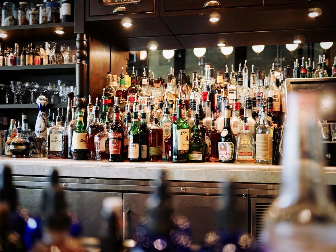 Эксперты объяснили, почему нельзя пить алкоголь при детях