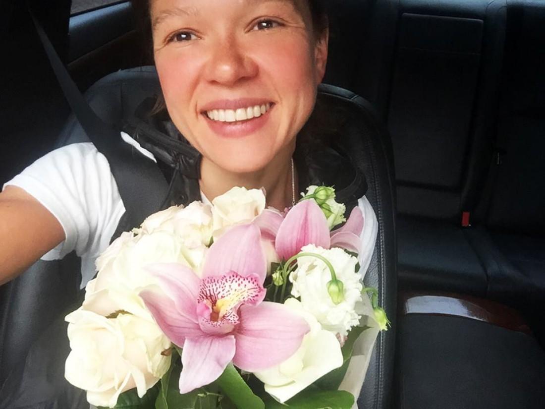 Руслана с цветами, которые ей подарил Владимир Гройсман