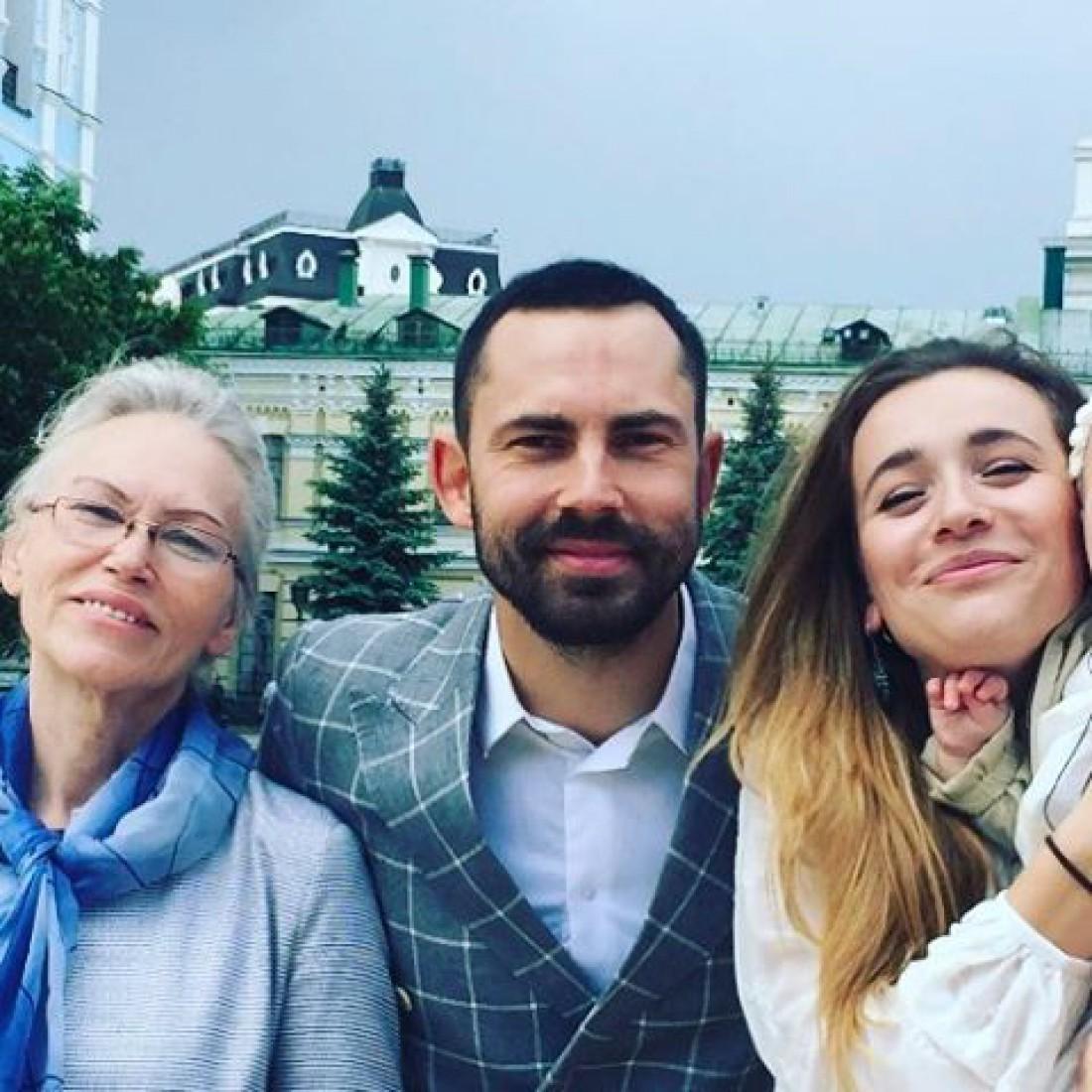 Андрей Бедняков с мамой и женой
