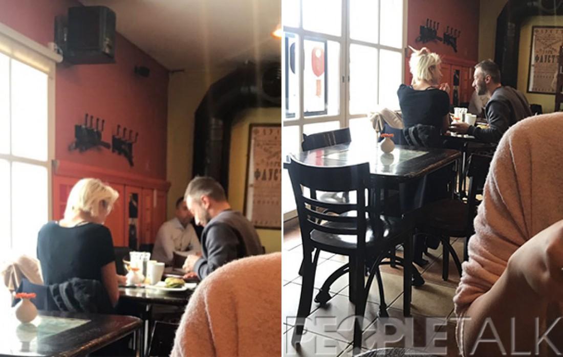 Дмитрий с незнакомкой в кафе
